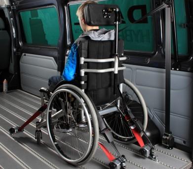 Imagen silla de ruedas en vehículo con los sistemas de seguridad