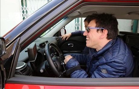 Imagen de Javier Romero tomando una clases de conducir con ARC