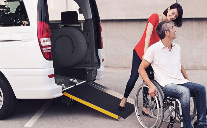 Imagen muestra el uso de la rampa trasera para acceso al vehículo con silla de reudas