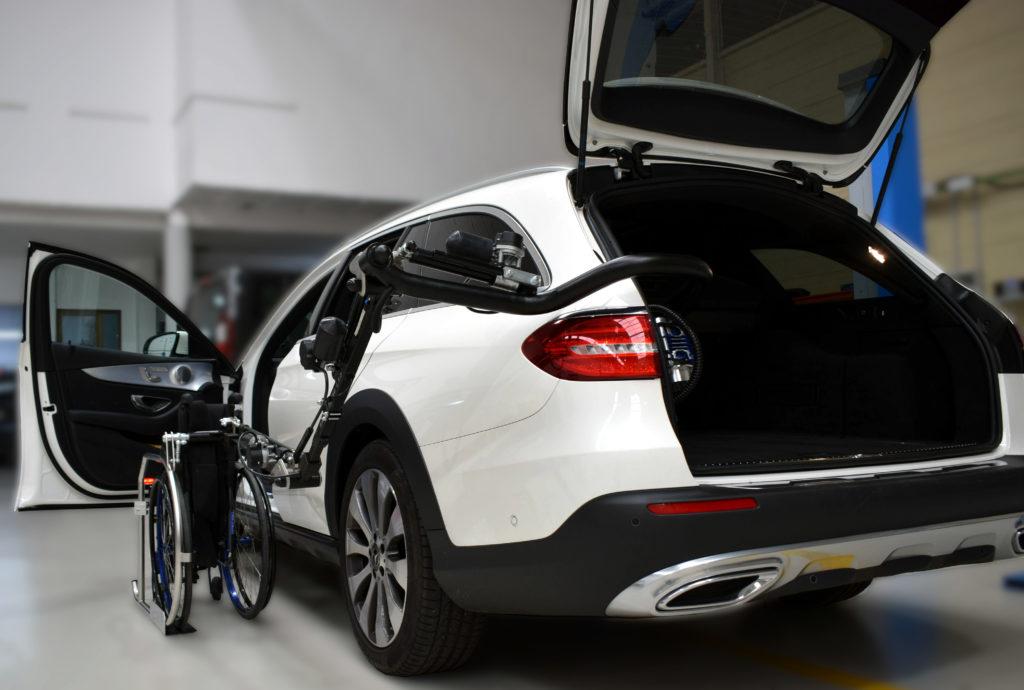cotxe blanc amb elevador per discapacitats