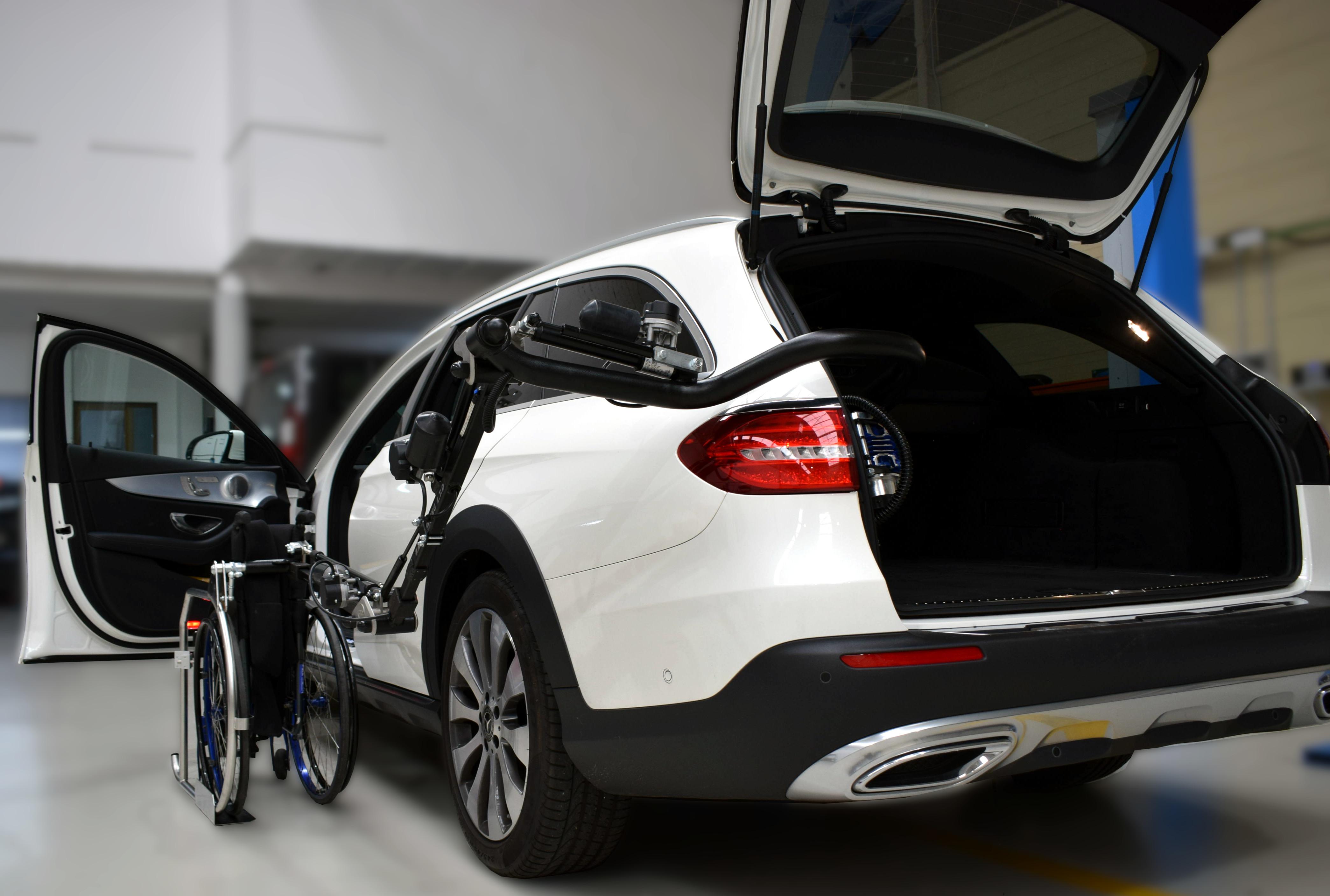 coche blanco con elevador para discapacitados