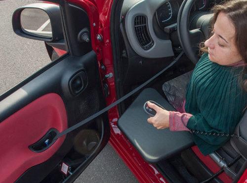 persona-entrant-cotxe-cadira-rodes